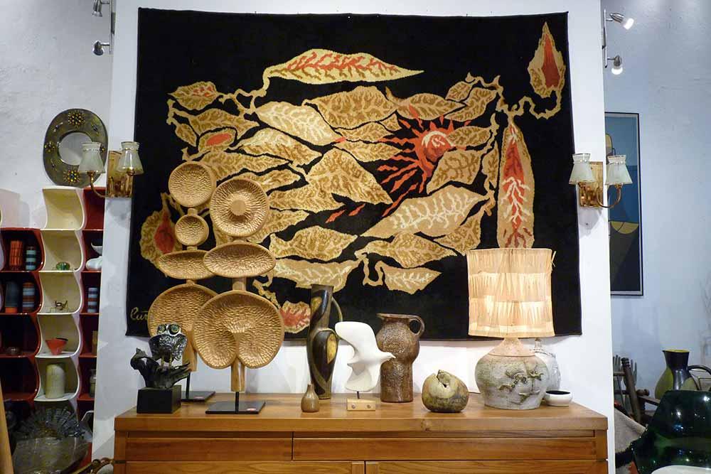 Tapisserie de Jean Lurçat avec diverses céramiques