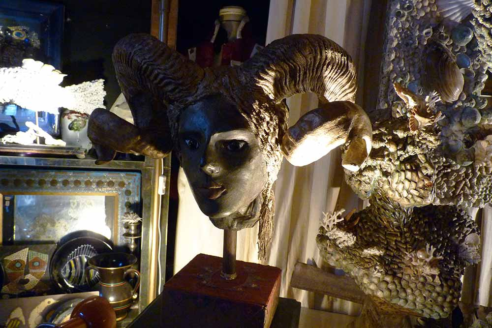 Tête sculptée avec cornes de bouc, de René Matrone