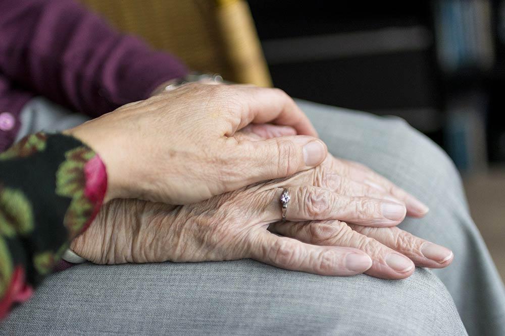 La peau des mains se ride avec l'âge. Il faut en prendre soin..