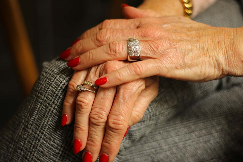 Mains de vieille femme