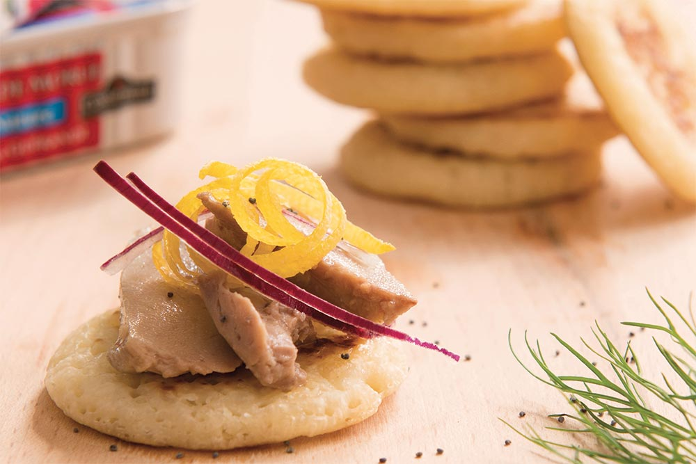 Mini blinis au Foie de morue Connétable, oignon croquant et graines de pavot
