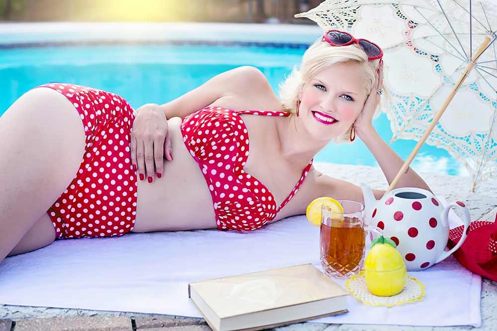 Jolie femme blonde en bikini