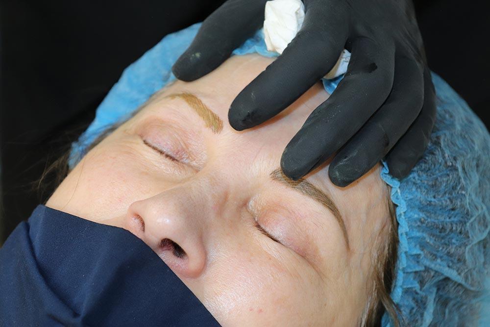 Maquillage permanent - les deux sourcils sont terminés