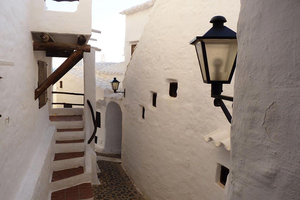 Un adorable escalier qui donne sur un charmant passage