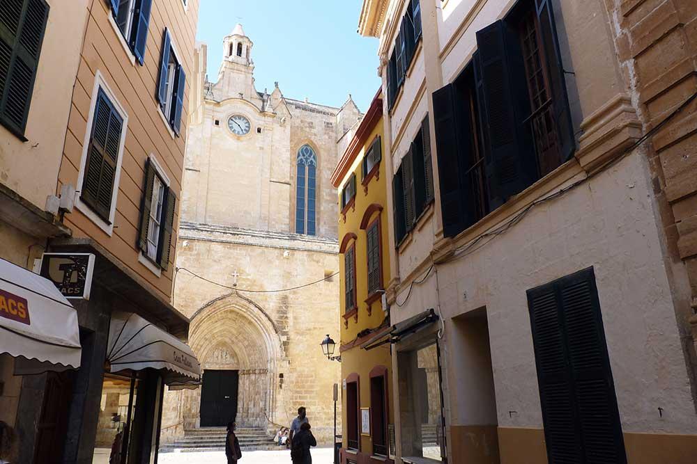 Ruelle avec, au fond, la cathédrale
