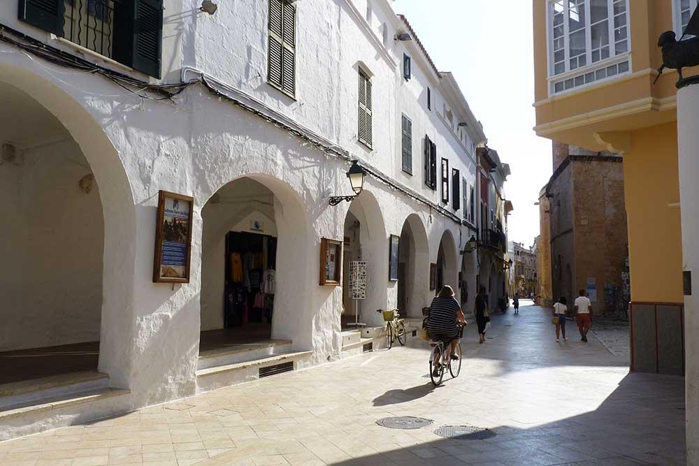 Minorque - Petite rue et ses arcades