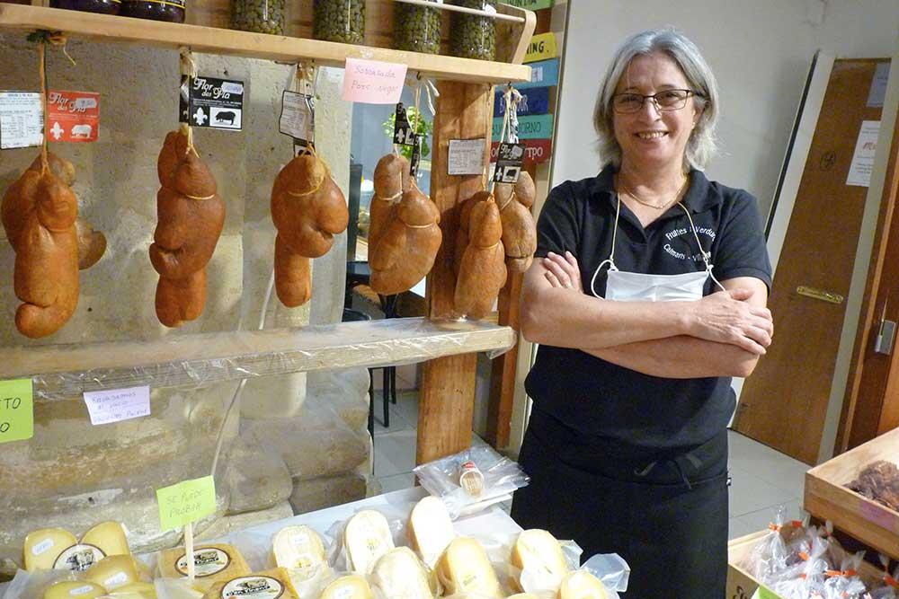 Etal de fromages au marché