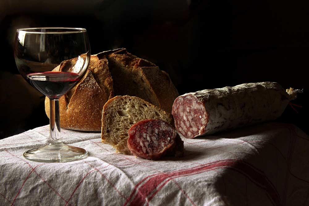 Un bon verre de vin rouge avec du saucisson, c'est bon