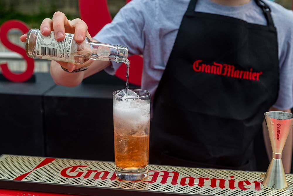 Grand Marnier nous accueille sur le pont supérieur où sont placés deux bars à cocktails. Ce soir-là les maestros viennent du Gravity Bar