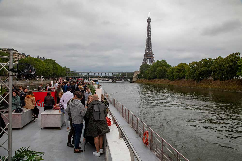 Passage devant la Tour Eiffel