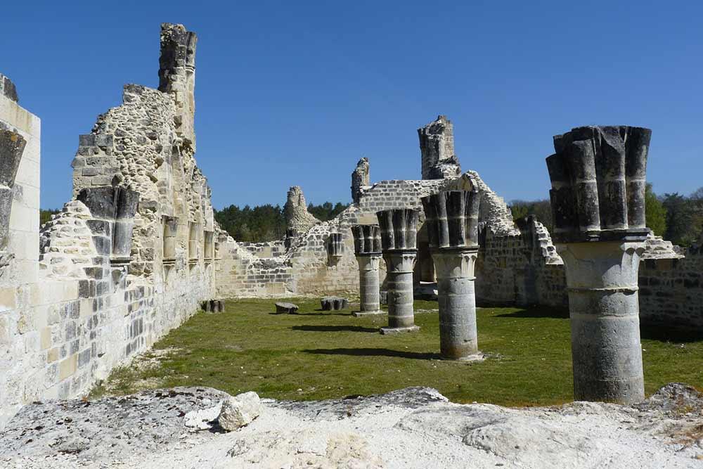 Restes de colonnes (Abbaye de Vauclair).