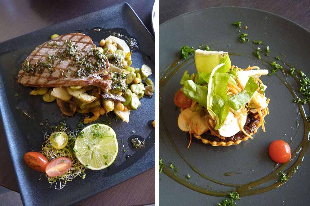 Steak de thon grillé, sauce Chimichouri et légumes. A droite, Tartelette au thon façon pissaladière.