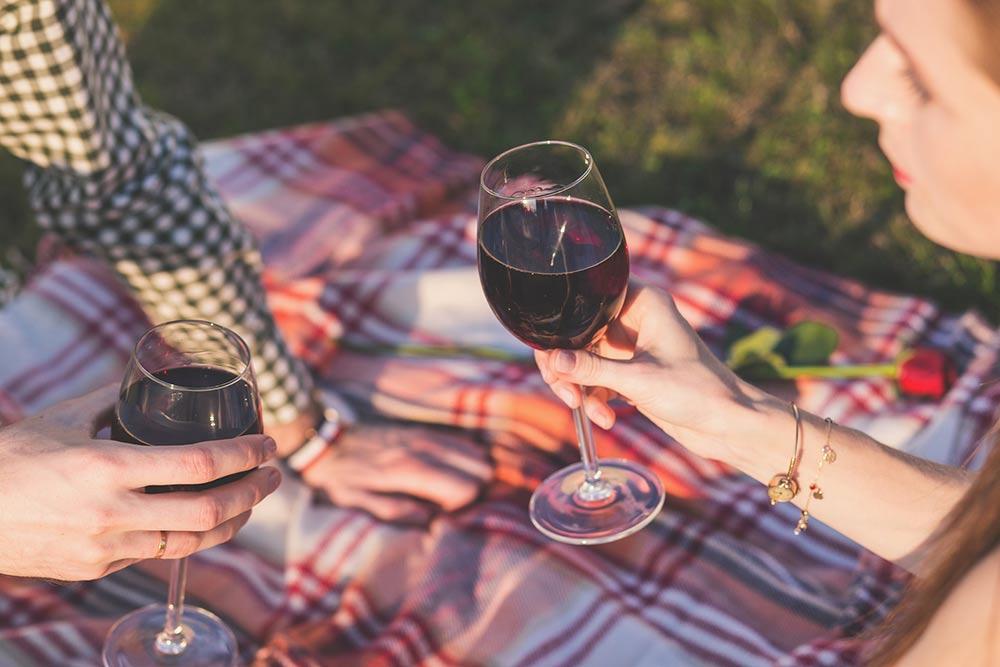 Un bon verre de vin rouge pour trinquer