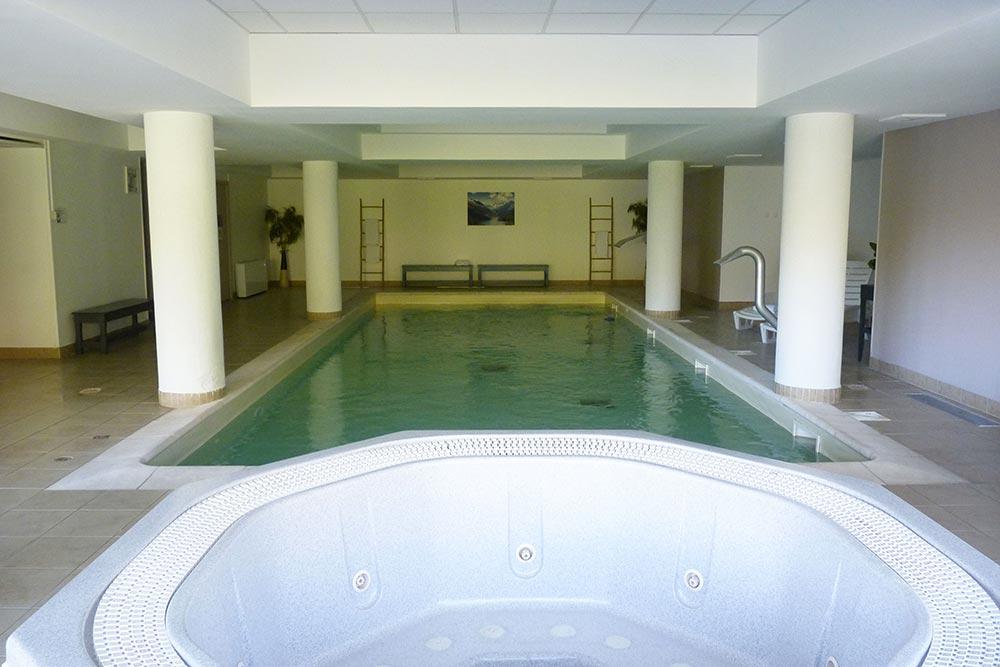 La piscine avec le jacuzzi