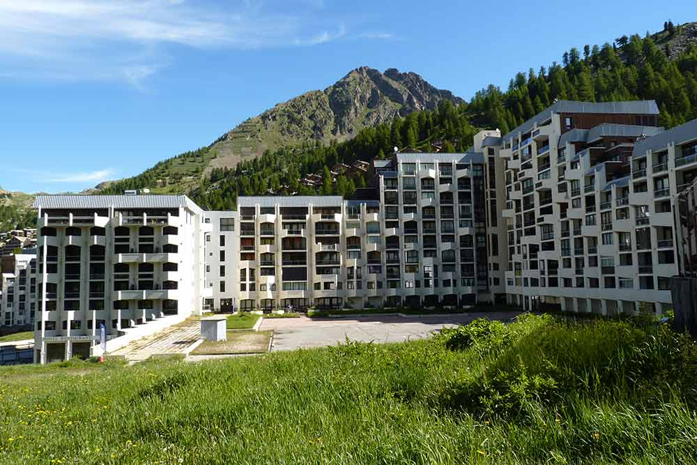Isola - Pur joyau seventies, les immeubles épousent la forme de la montagne