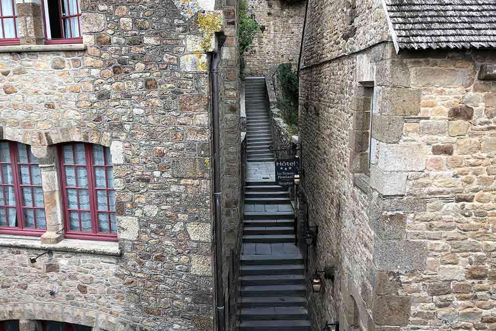 Un petit escalier pour traverser un côté du Village