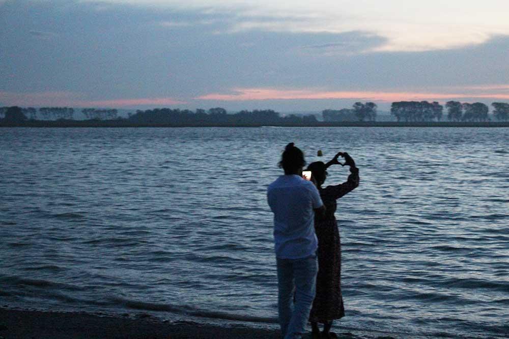 Les touristes attendent la montée des eaux car c'est la Grande Marée