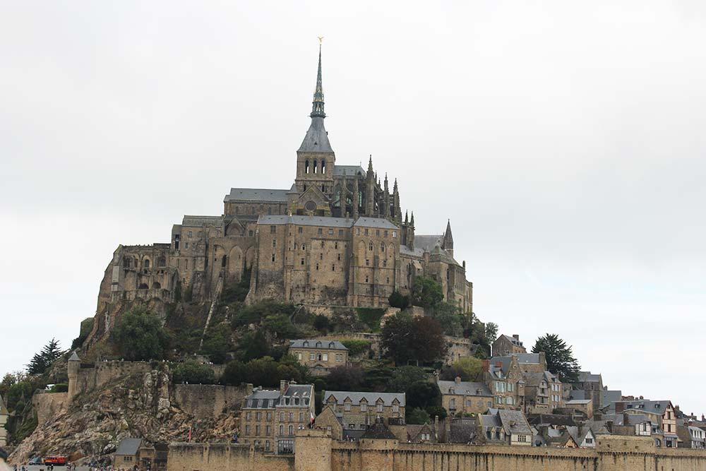 Suspendue entre ciel, mer et terre, ce joyau du gothique normand est véritable prouesse technique.
