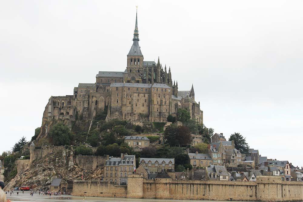 L'abbaye devient une prison pendant la Révolution Française.
