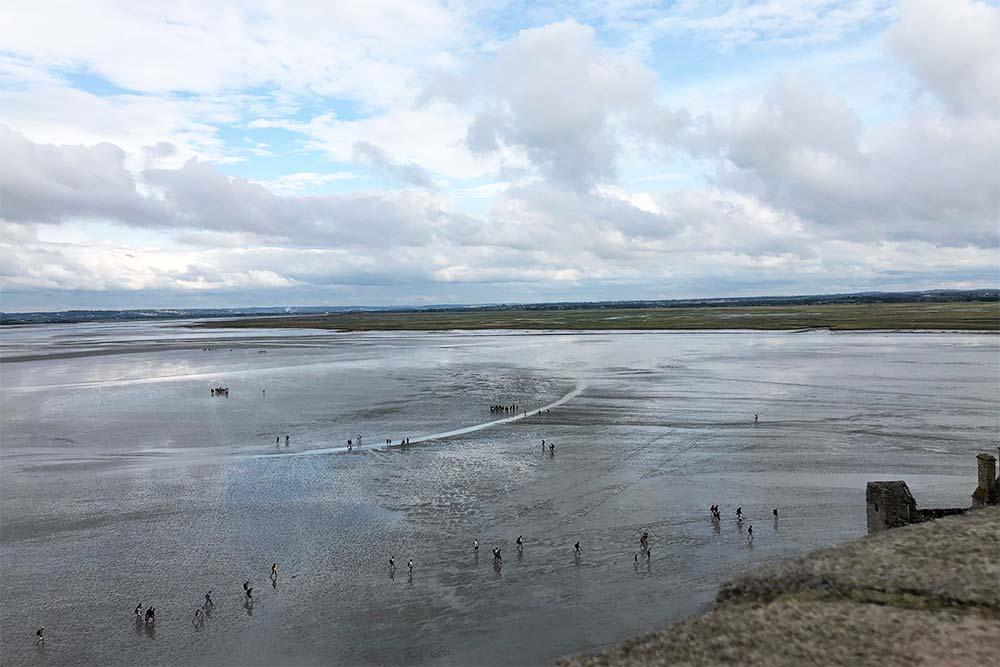 En fin d'après-midi quand le jour décline, il faut faire vite pour ne pas se faire piéger par la marée.
