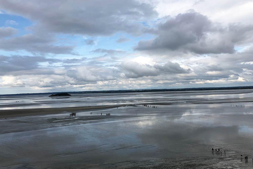 De nombreux touristes effectuent des promenades dans la Baie accompagnés d'un guide...