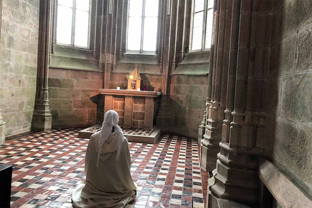 Une des soeurs des Fraternités Monastique de Jérusalem assurent une présence spirituelle dans cette sublime abbaye.