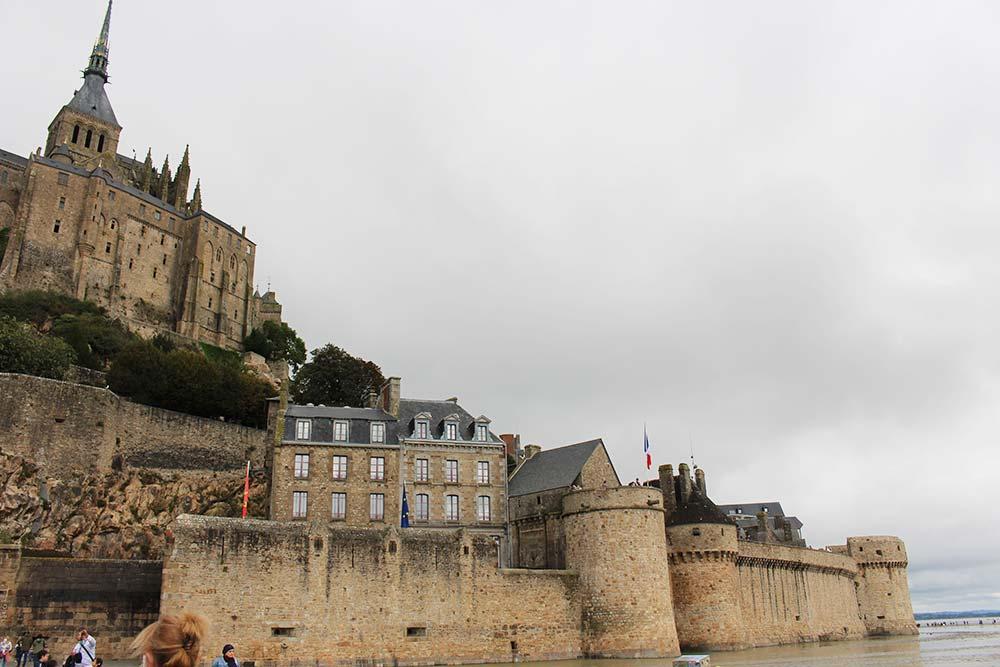 Des remparts pour protéger le Mont-Saint-Michel
