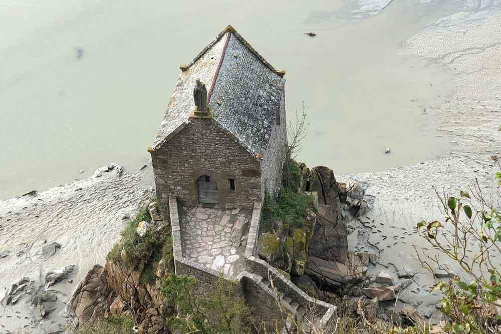 Une adorable petite chapelle au pied des remparts