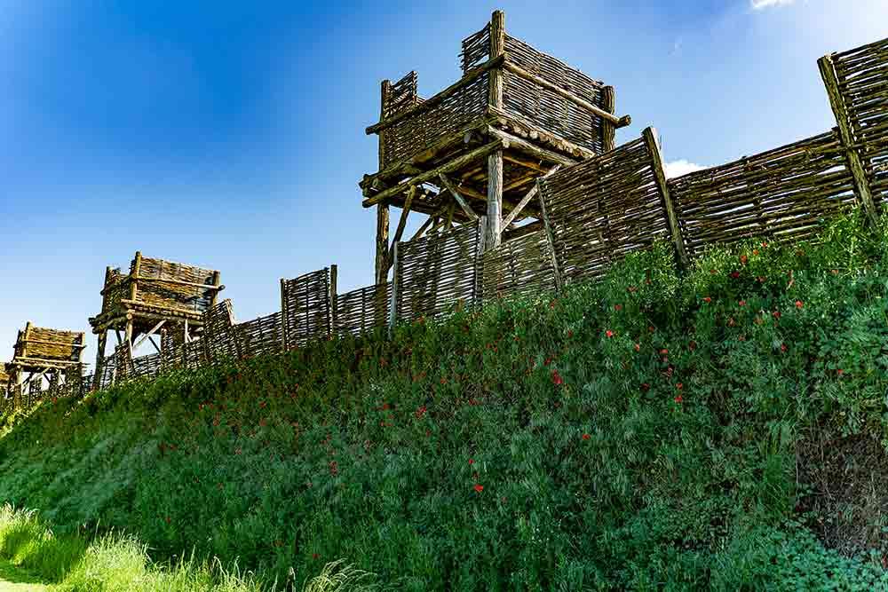 Reconstitution du dispositif de siège, palissades de bois garnies de tours de guet.©