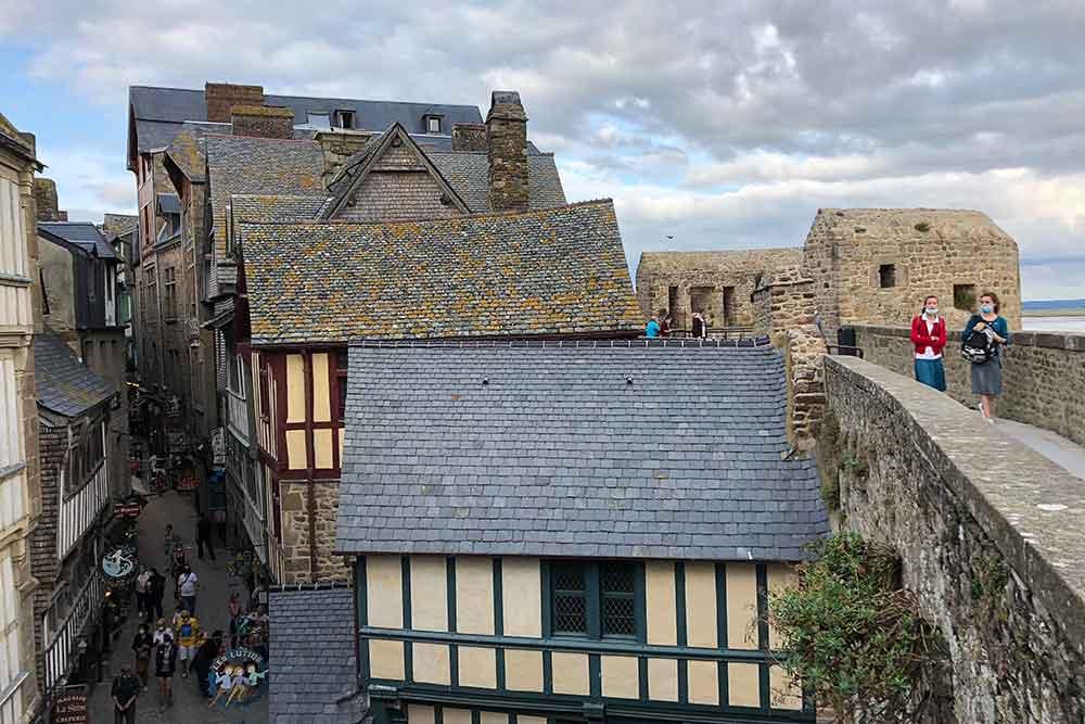 Rue principale du Village et le chemin sur les remparts.