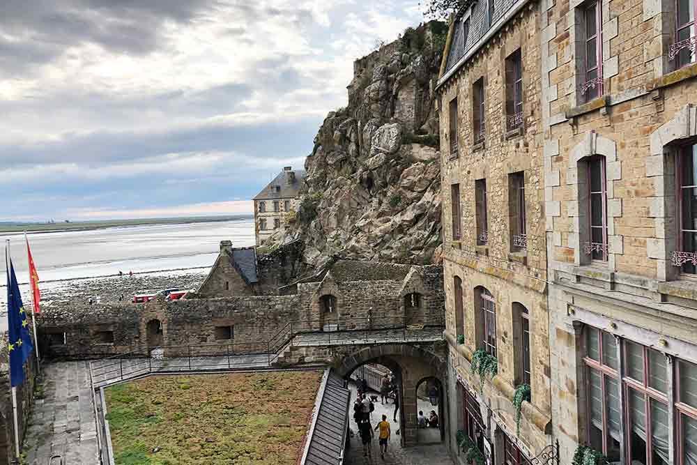 Les touristes repassent par les trois portes pour quitter le Mont-Saint-Michel