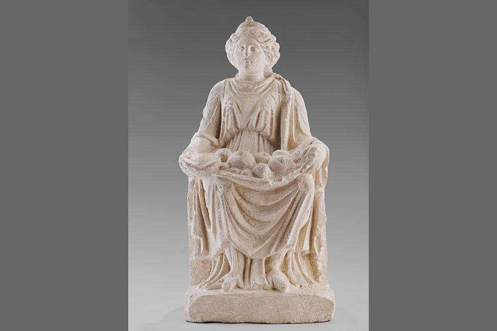 """Statuette de la Déesse-mère ou """"Mater Alésia"""", 2e moitié du Ier siècle ap. J.-C., Conseil départemental de la Côte-d'Or, Musée Alésia, fonds Société des Sciences de Semur-en-Auxois."""