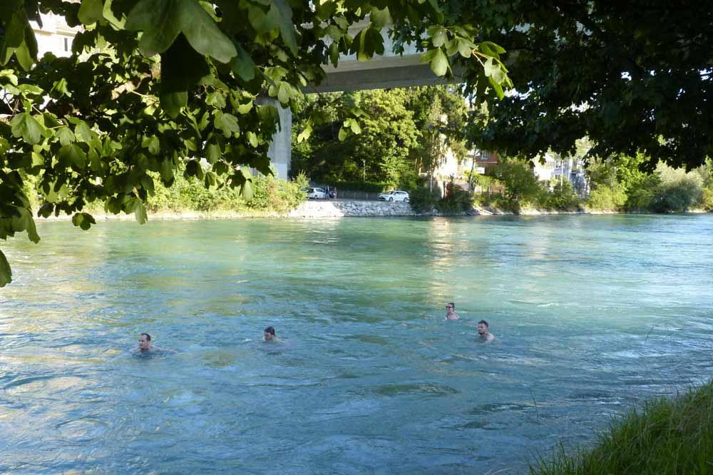 Baigneurs dérivant dans le courant de la rivière Aar (Berne)