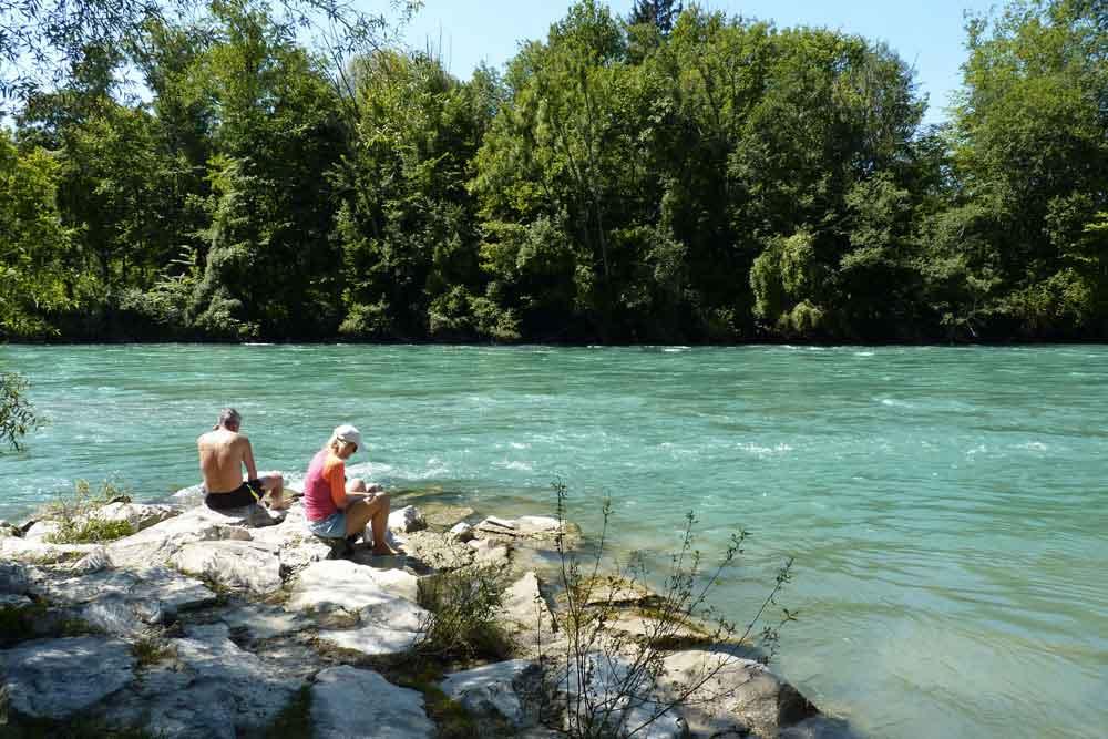 Pause pique-nique sur une berge de l'Aar (Berne)
