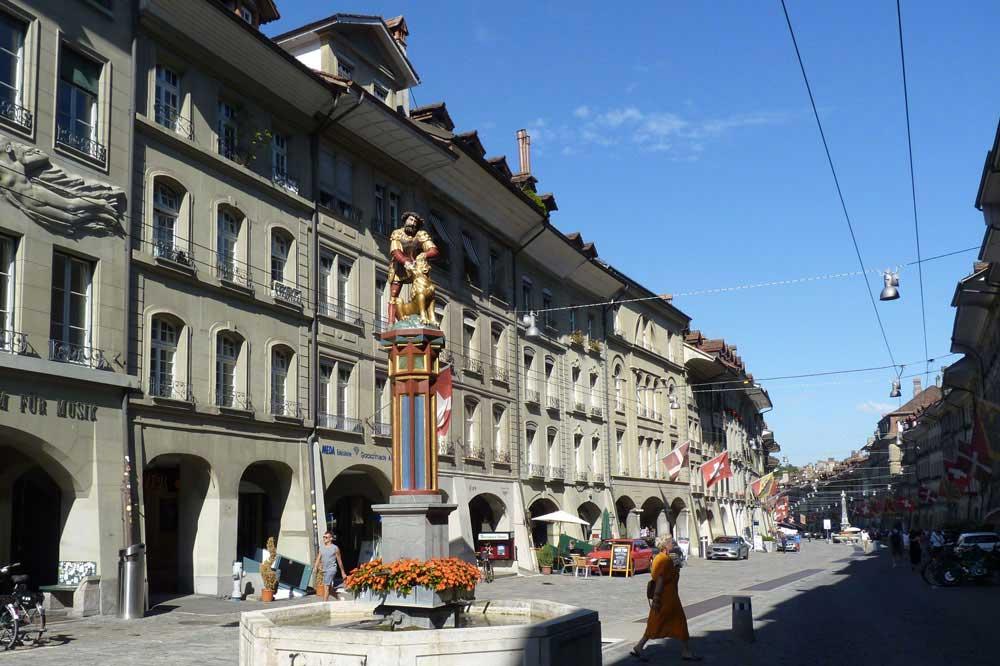 Suisse - Berne : Rue et fontaine