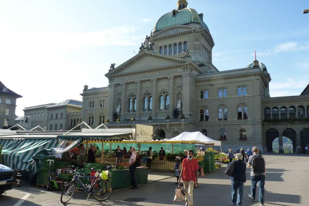 Le marché au petit matin, devant le Parlement (Berne)
