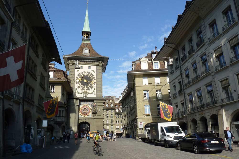 Suisse - Berne : Rue avec, au fond, la tour de l'Horloge