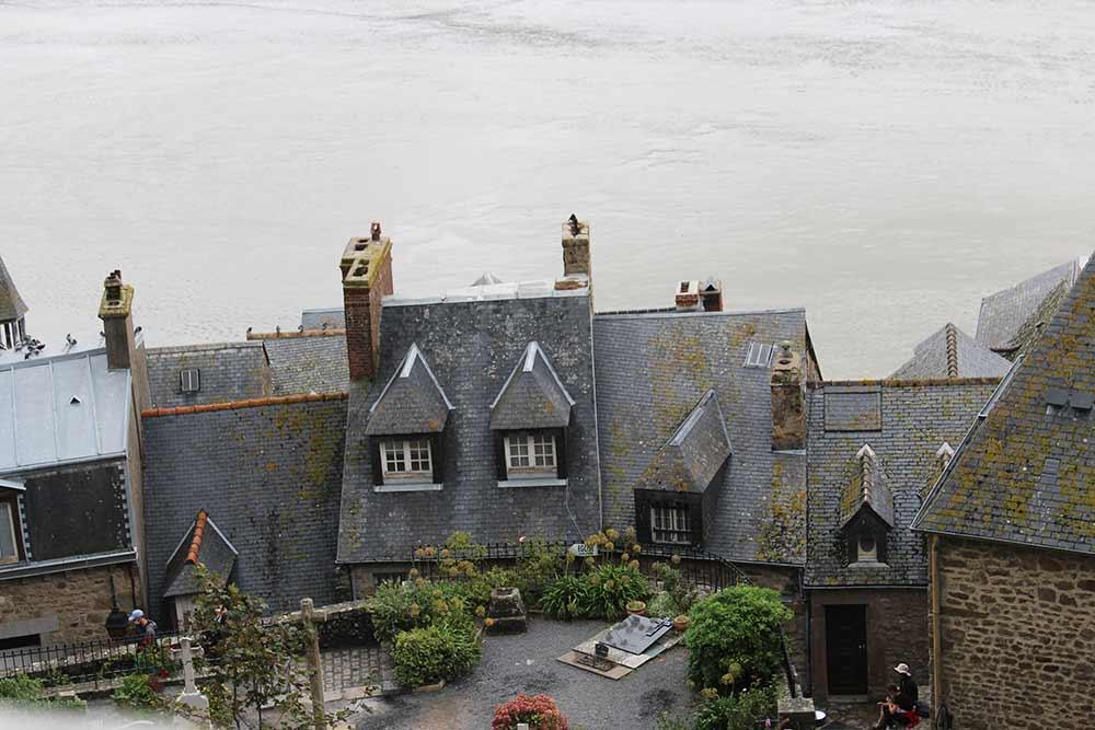 Les toits de maisons du village du Mont-Saint-Michel