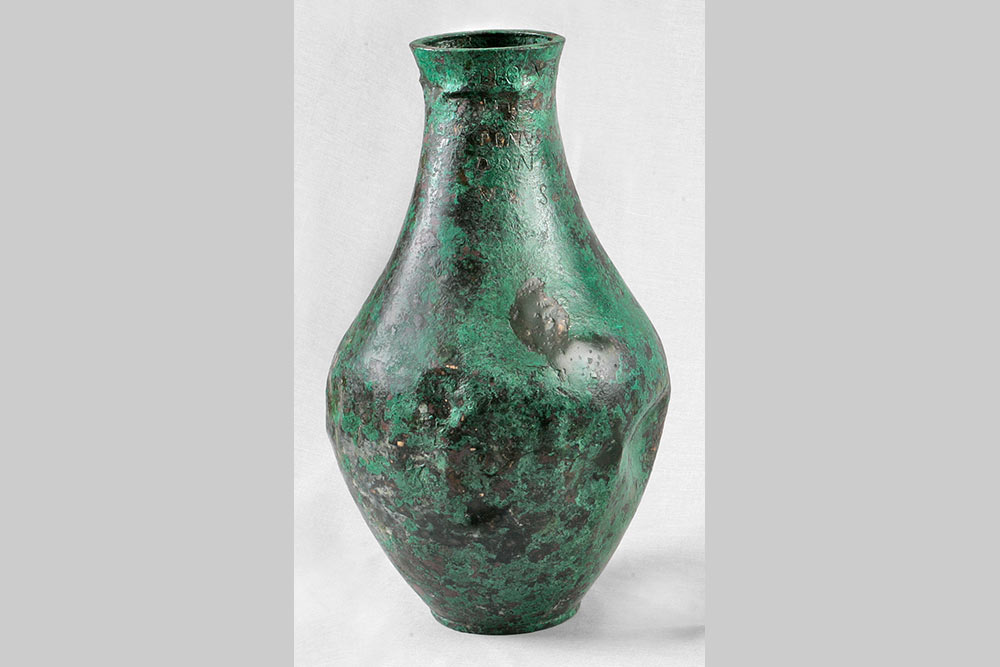 Vase dédié au dieu Ucuetis et à Bergusia, 2e moitié du Ier siècle ap. J.-C., Conseil départemental de la Côte-d'Or, Musée Alésia, fonds Société des Sciences de Semur-en-Auxois.