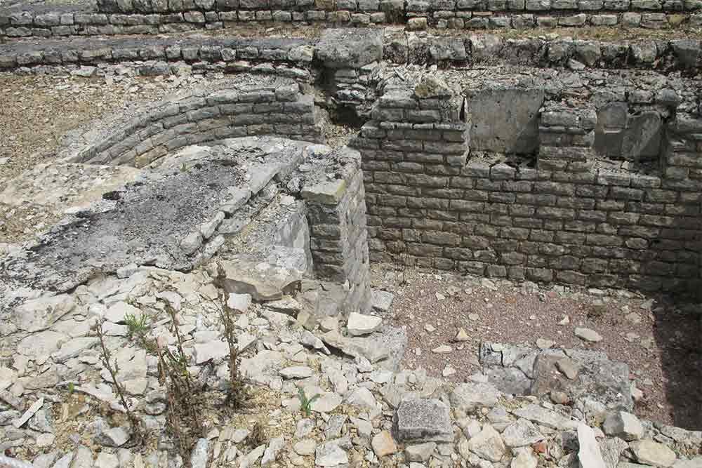 Vestiges d'une forge dans les ruines de la ville gallo-romaine