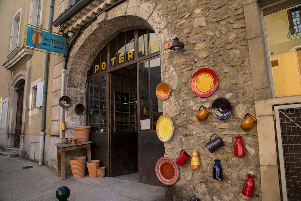 De la belle poterie aux couleurs vives