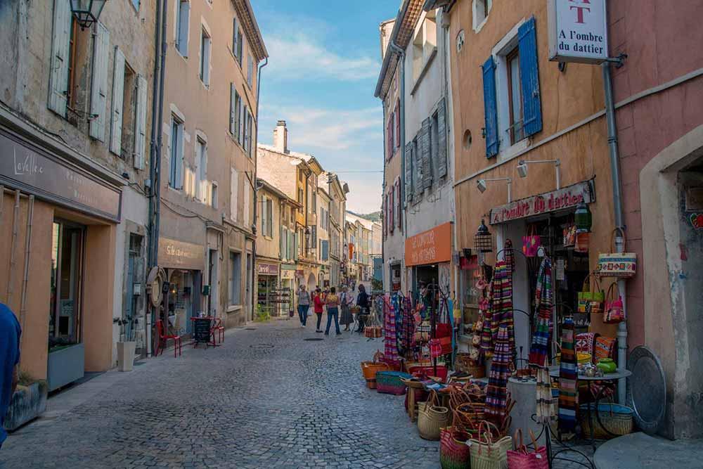 Une des rues commerçantes de Dieulefit